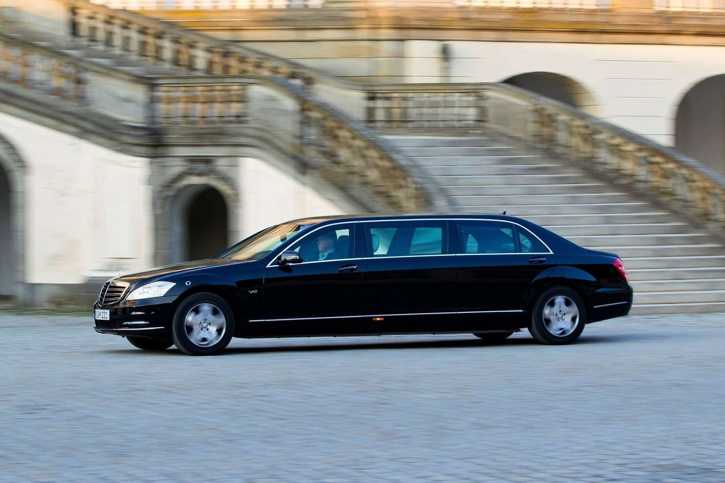 Mercedes-Benz-S600_Pullman_Guard_2011_1600x1200_wallpaper_05