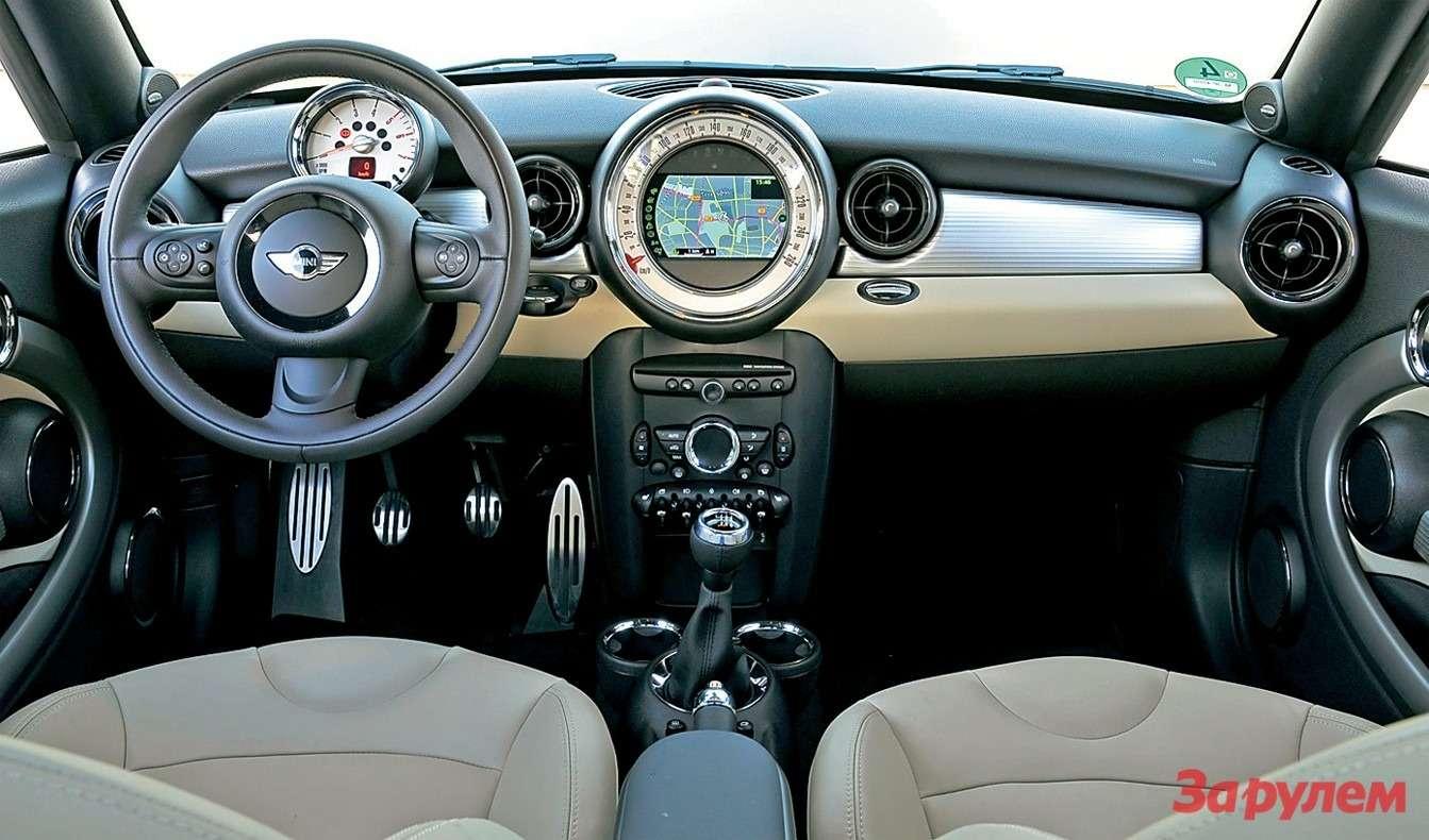 В салоне купе сохранились все атрибуты «Мини»: добротные материалы, неплохая эргономика иумилительный ретродизайн.