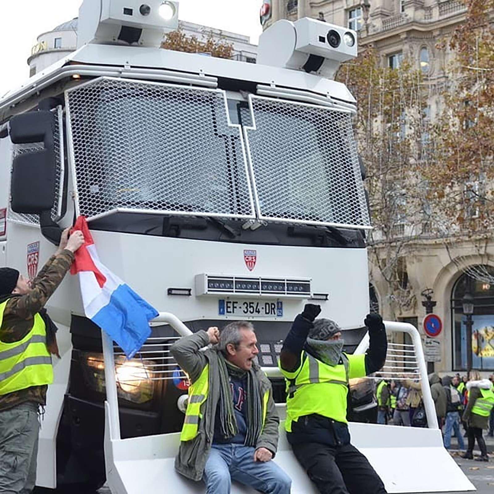 Какфранцузы протестуют против роста цен натопливо: баррикады против водометов— фото 926162
