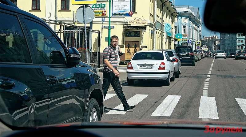 Стандартный переход наулице смногополосным движением: всё вродебы поГОСТу, новодитель, который движется вовтором ряду, невидит человека, выходящего из-за припаркованного впервом ряду автомобиля. Ситуация смертельно опасная! Значит, надо менять стандарт.