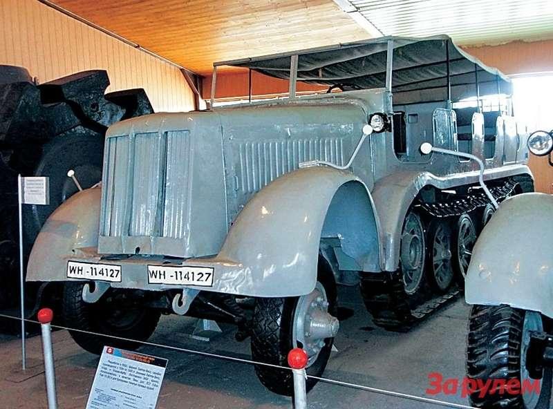 Один изполугусеничных транспортеров вермахта Sd.Kfz.8 застыл навечном приколе вмузее.