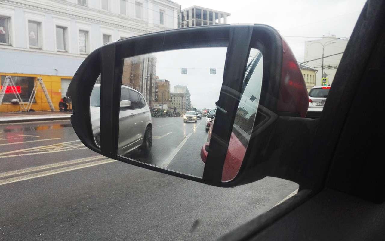 Лада Веста удивила: боковое зеркало отклеилось!— фото 965731