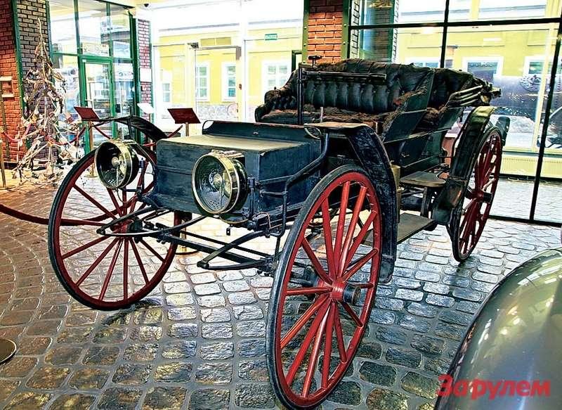 Самый старый автомобиль музея— американский «Холсман» 1902 года. Огромные колеса (ихеще называли артиллерийскими)— своеобразный способ улучшить проходимость поотвратительным американским дорогам тех лет.