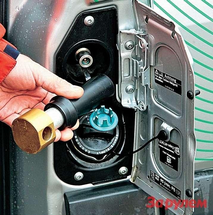 И газовый штуцер, ибензиновая горловина расположены пододним лючком.