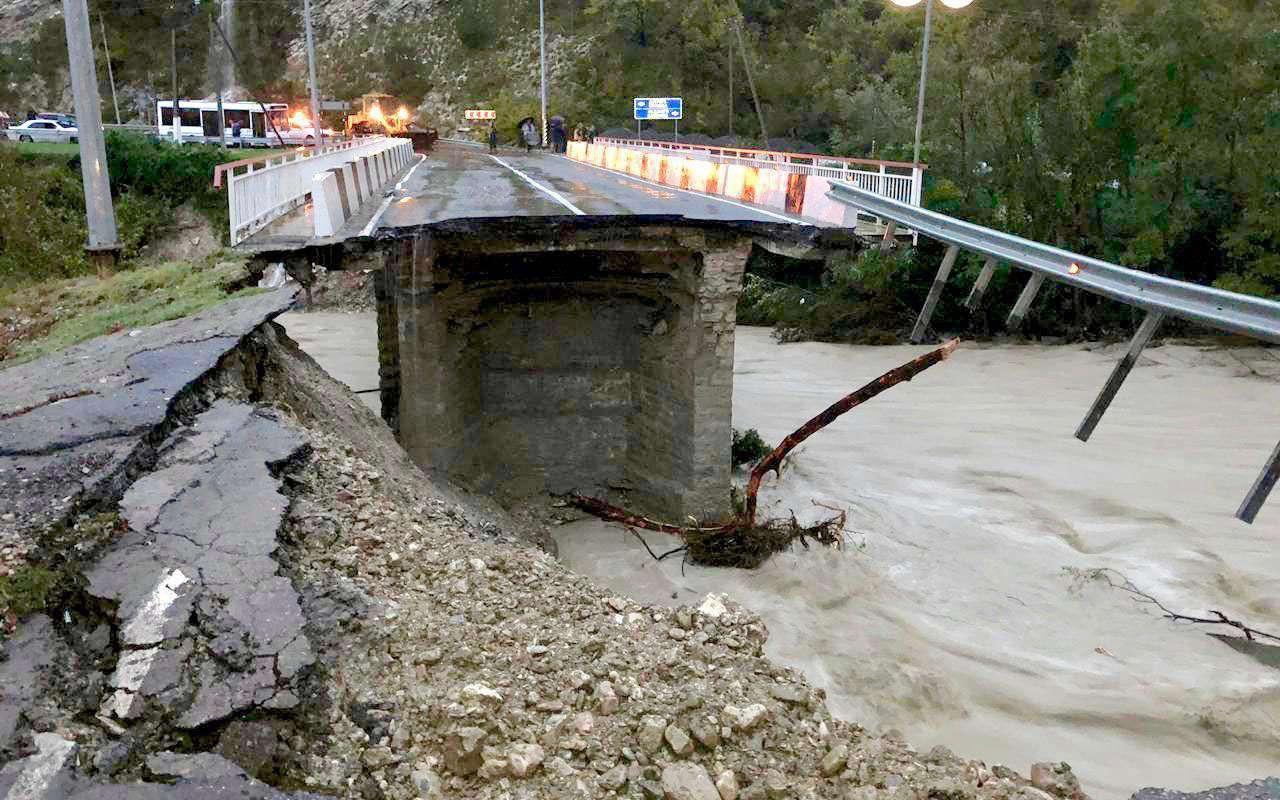 Стихия наКубани: потоки воды сносят дороги, мосты иавтомобили— фото 917347