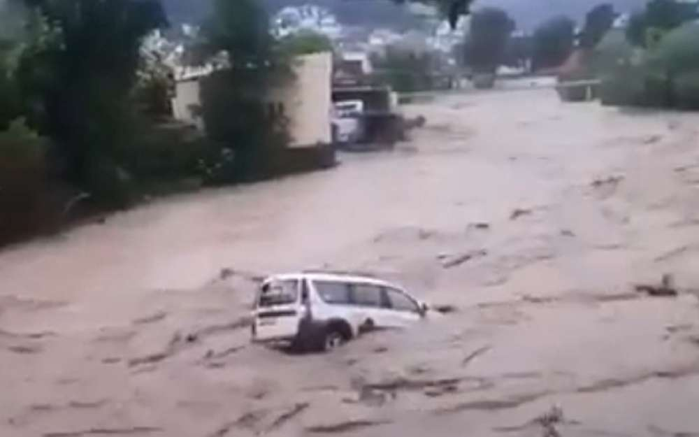 Шок-видео иззатопленного Сочи: Ларгус несется впотоке воды