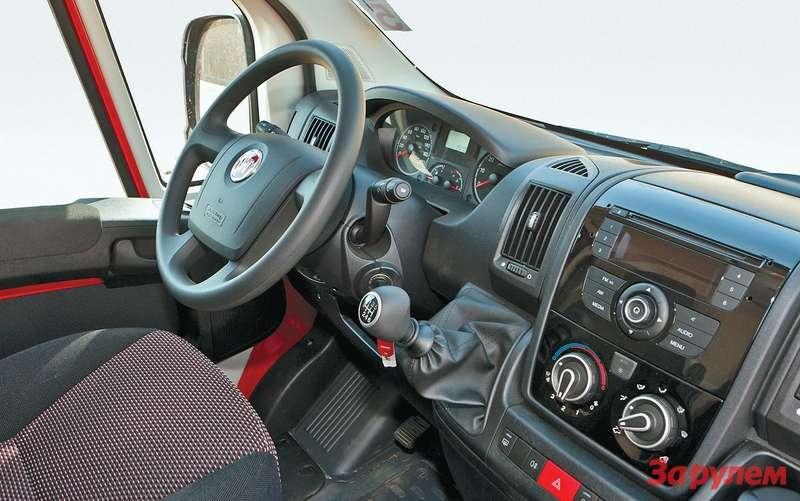 Рычаг коробки передач напанели приборов не мешает проходу кправой двери—  впервые онпоявился на«севельских» машинах предыдущего, второго поколения