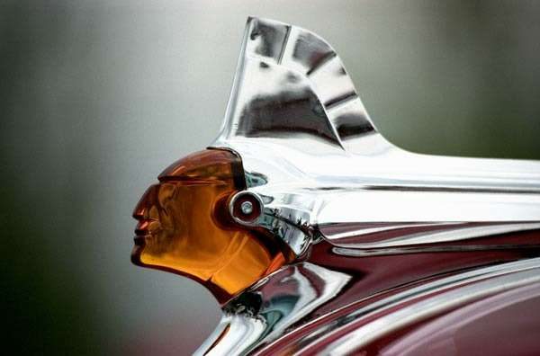 Pontiac_1951_Chieftain_Deluxe_Four_Door_Sedan_no_copyright