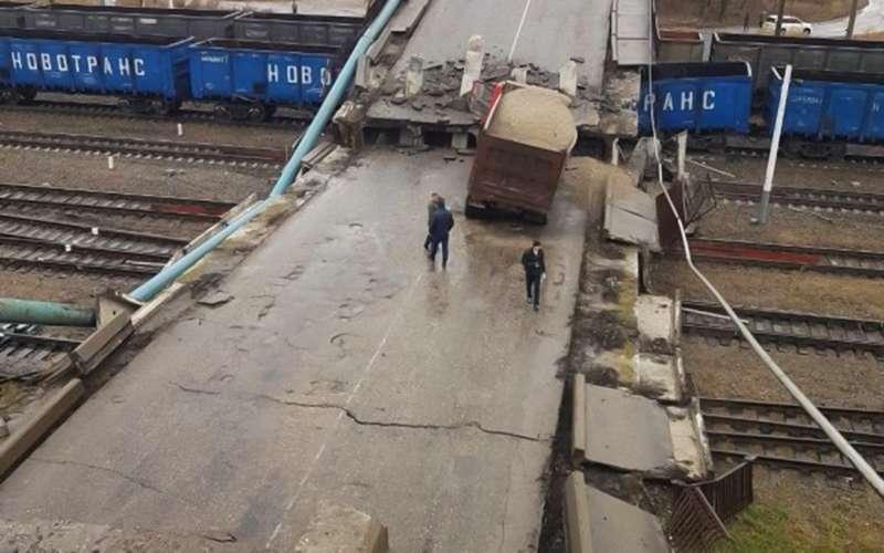 В Приамурье подтяжестью самосвала мост рухнул нажелезную дорогу