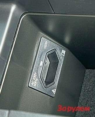 В современных автомобилях все чаще стали появляться розетки на220-230 В. У«Ситроена» такая вводительском подлокотнике.