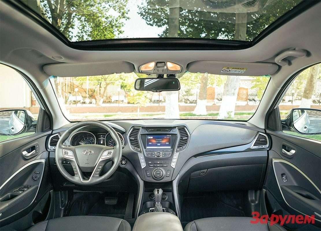 Hyundai Grand Santa FeСалон точно такой же, как уобычного «Санта-Фе». Нобедных комплектаций у«Гранда» небывает впринципе.