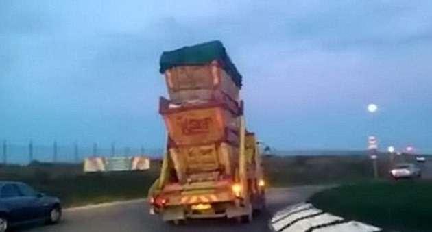 Рискованные маневры мусоровоза попали накамеру (ВИДЕО)