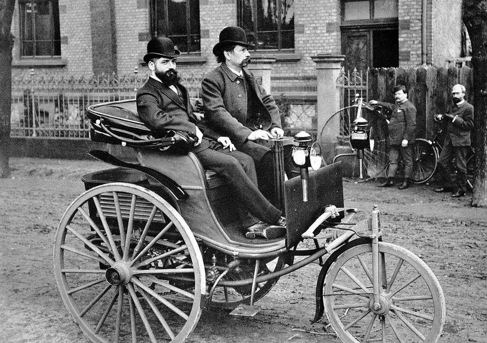 Карл Бенц заштурвалом Wagen №3(третьей, усиленной модели своего первого автомобиля). Рядом— его коммерческий директор Йозеф Брехт, который несмог преодолеть косность бюргеров иобеспечить успешные продажи новинки. 1887год