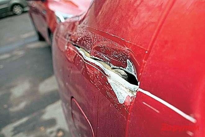 В мелком, нонеприятном ДТП повредили заднее крыло иправое наружное зеркало. Первая деталь обошлась в9944, вторая— в1452 рубля. Запчасти нашлись мгновенно.