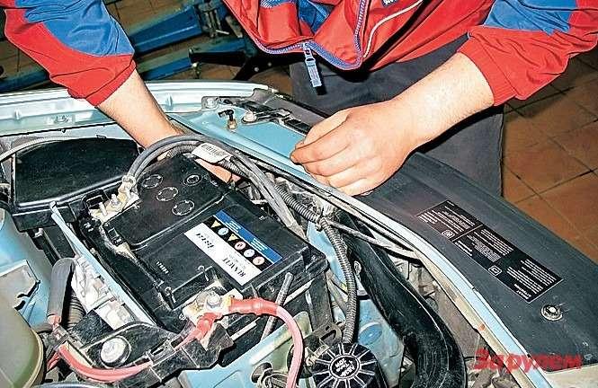 «Рено-Логан» Неснимая аккумулятор, подобраться клампе ближнего света довольно сложно, нопри определенной сноровке получится.