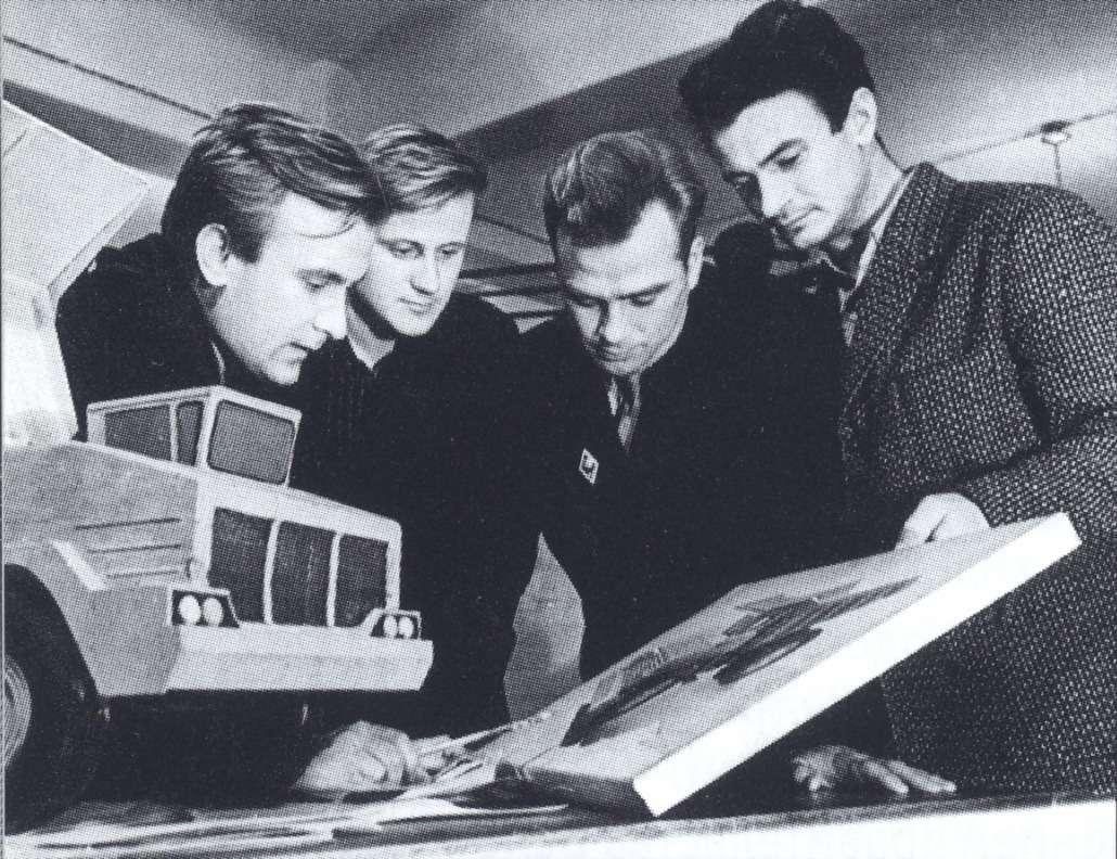 Художник-конструктор В.С.Кобылинский (слева) обсуждает синженерами внешний вид БелАЗ-540