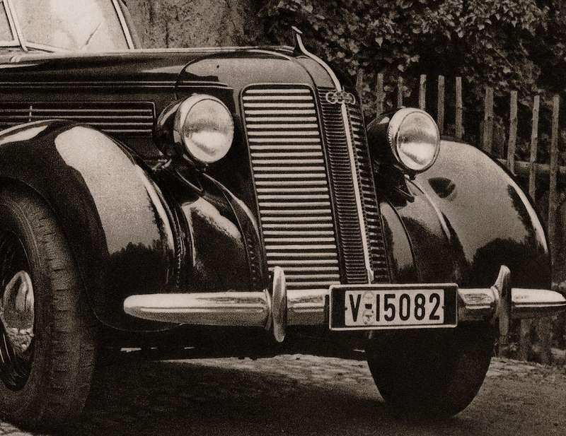 Инспекция TÜV действовала ивТретьем рейхе. Нарегистрационном знаке довоенной Audi-920— наклейки сгитлеровским орлом