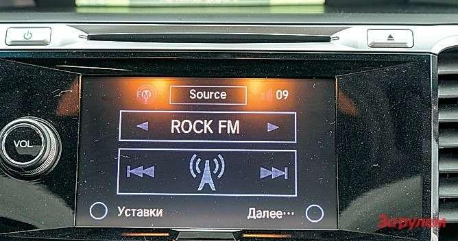 Разрешение нижнего дисплея среднее, однако онпригодится лишь длявыбора носителя информации или управления радио.