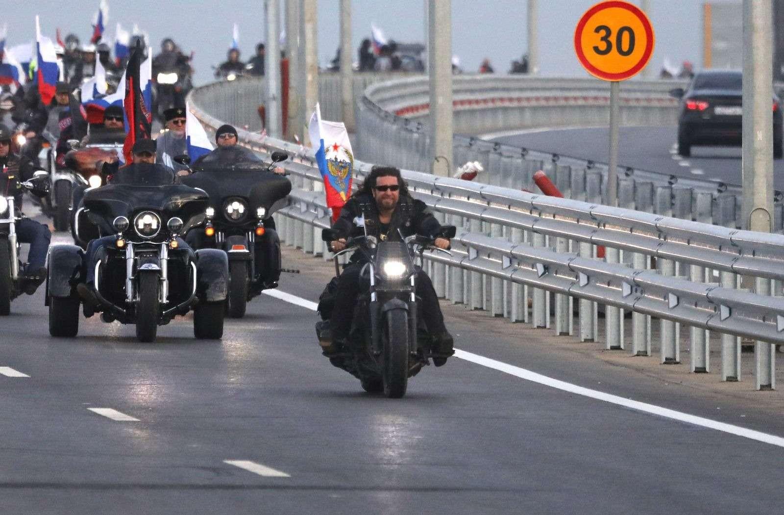 Байкер Хирург пронесся поКрымскому мосту без шлема