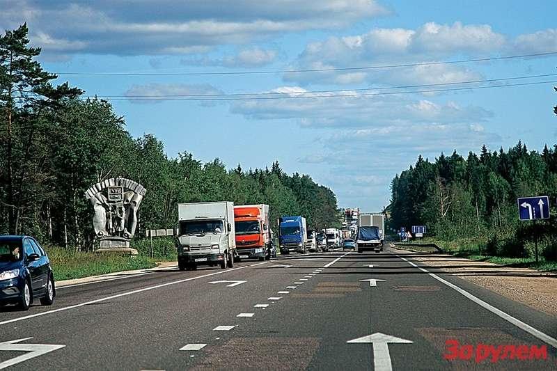 Судя поасфальту иразметке, это дорога наПитер. Нуавереницы грузовиков нынче встретишь почти налюбой российской трассе.