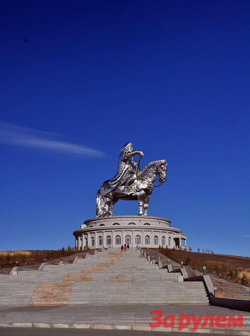 Памятник Чингисхану виден издалека