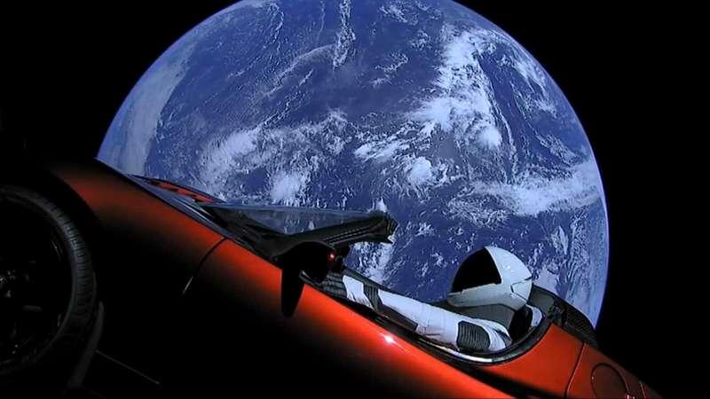 Илон Маск запустил электромобиль вкосмос