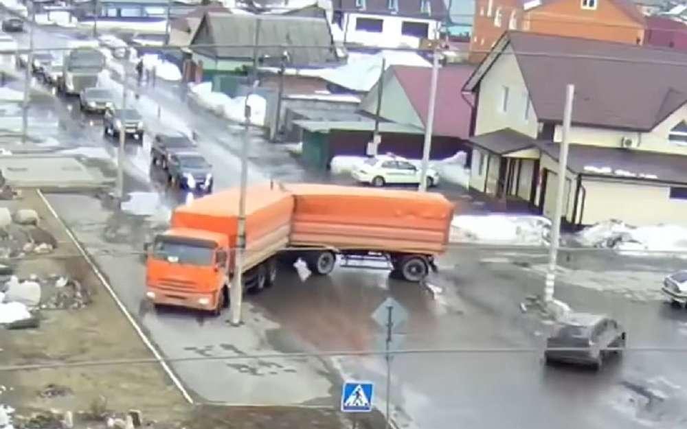 КАМАЗ сприцепом устроил коллапс надороге. Реакция автомобилистов