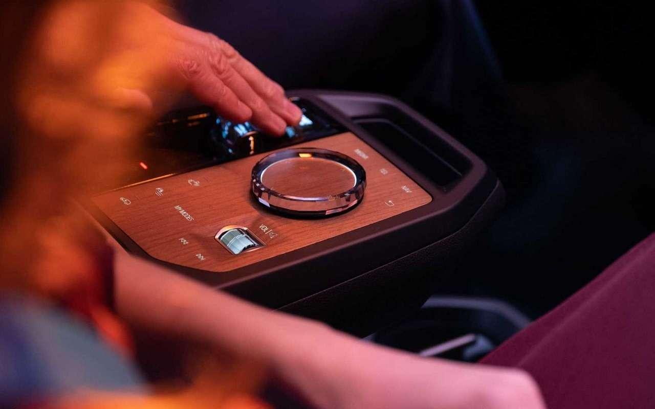 Сплошной огромный экран: BMW показала новую приборную панель— фото 1231351