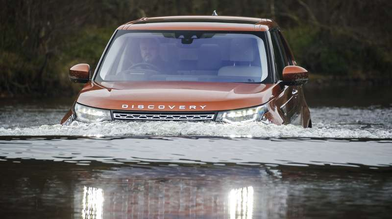 Новый Land Rover Discovery: ныряет, крутит педали ибежит