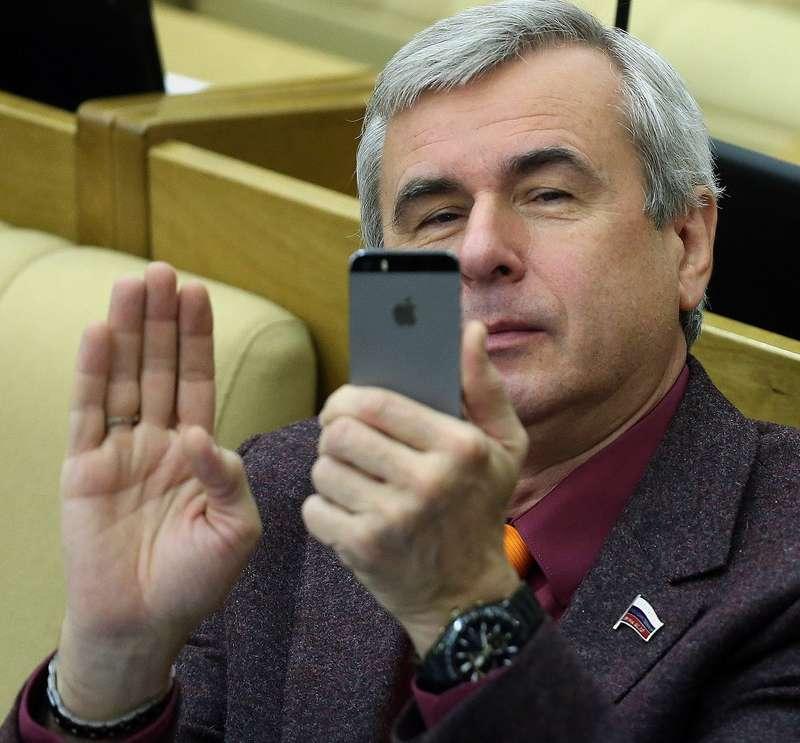 Лысаков пообещал полный запрет использования гаджетов зарулем