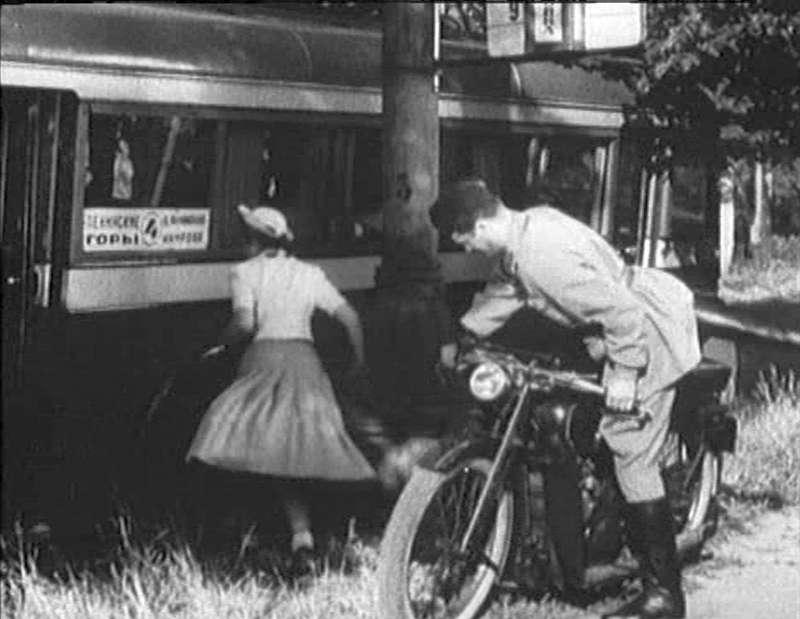 Кадр издовоенной комедии «Сердца четырех» («Мосфильм», 1939год), одной изнемногих лент отечественного кино, где вкадрах можно рассмотреть троллейбус. Обычно вобъектив попадал автобус ЗиС-16. Поэтому адресу: http://glazo.livejournal.com/31350.html было проведено занятное расследование, где ивкаких обстоятельствах проводилась съемка.