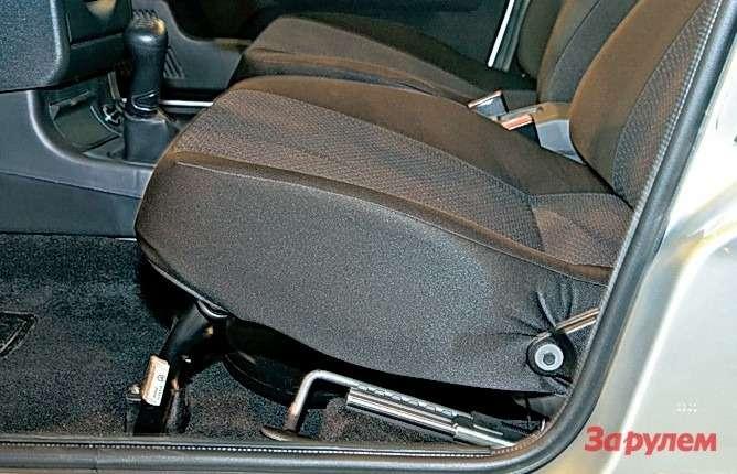 Мифотом, что в«десятке» диапазон регулировок водительского сиденья шире,— всего лишь миф. Длина салазок вобоих авто одинакова— 270мм. Приборная панель в«Богдане» на30мм короче, чем у«Приоры», отсюда ивпечатление.