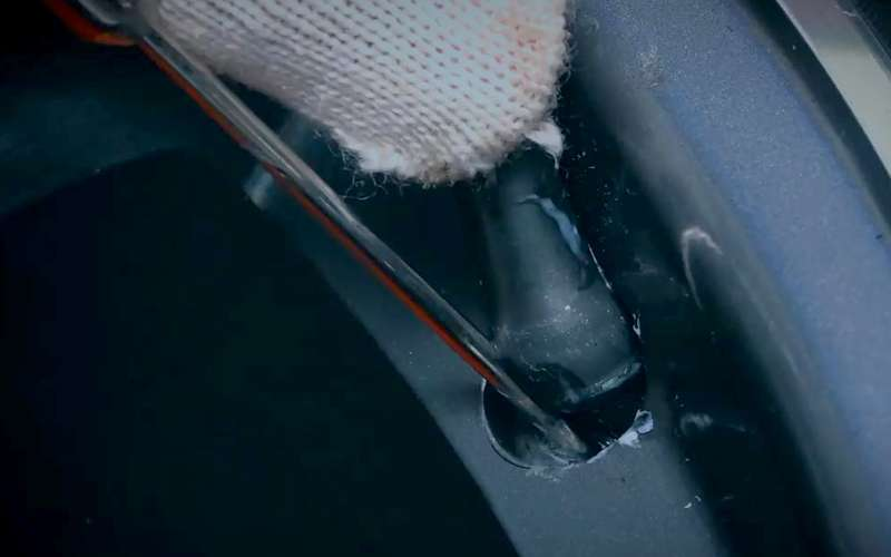 Какпоменять вентиль, неснимая шину— простой способ