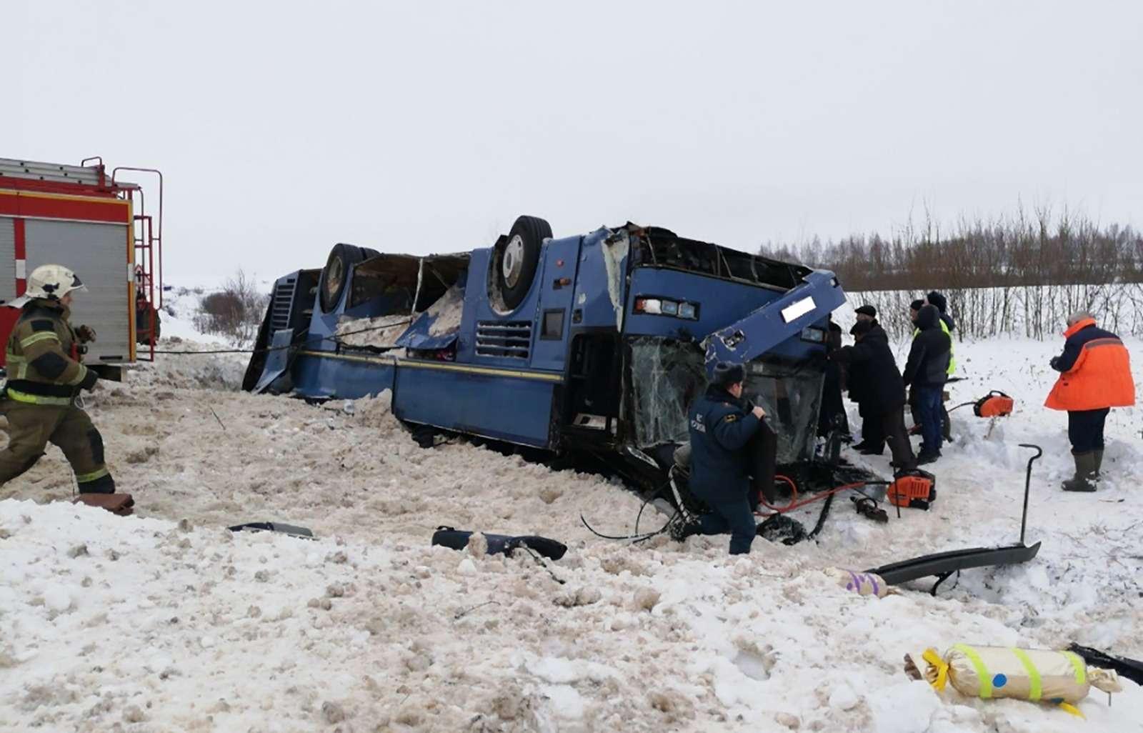 Под Калугой перевернулся автобус сдетьми. Есть жертвы