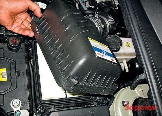 Hyundai Tucson: Для замены воздушного фильтра отстегиваем четыре защелки иподнимаем крышку. Отведя еевсторону, насколько позволяет гофр дроссельного узла, протираем полость корпуса.