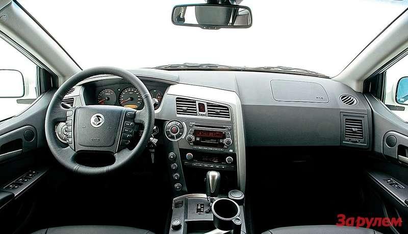 Эргономика салона устроит некаждого: коротышкам рулевое колесо перекрывает визуальный контроль некоторых кнопок, адолговязые так иноровят нажать ихколенкой.