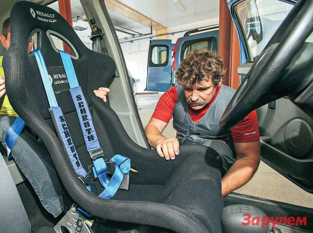 Всерьез опасаясь переворота нанегодных амортизаторах, мыустановили гоночное сиденье имноготочечные ремни безопасности.