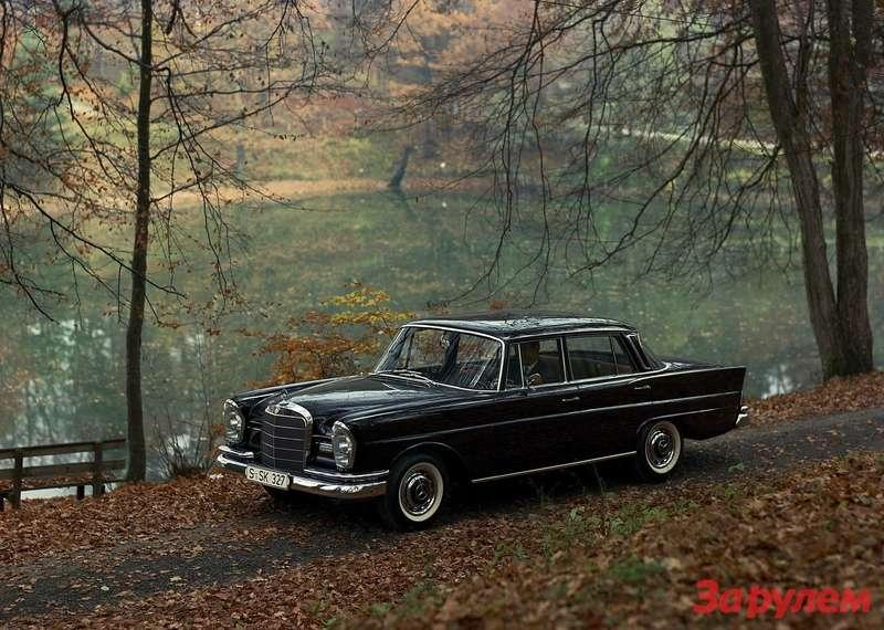 Mercedes-Benz 220SE b (W111/3) выпускался с1959по 1965 год. Автомобиль оснащался рядным шестицилиндровым мотором рабочим объемом 2,2л свпрыском. Мощность— 120 л.с. при 4800 об/мин. Автоматическая трансмиссия увеличивала снаряженную массу автомобиля— на40кг (1420кг) ипаспортный расход топлива— на1л (15л/100км)