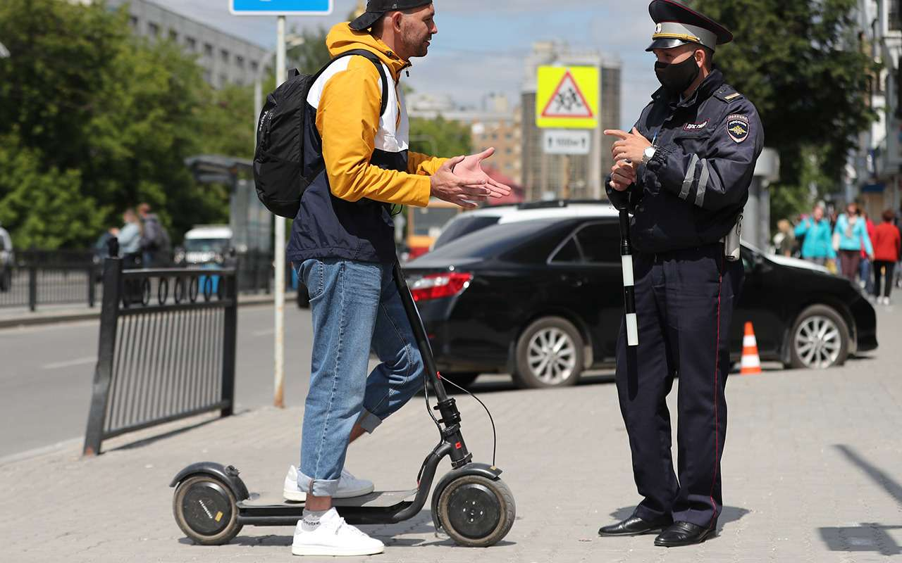 Самокатчики— это пешеходы или водители? Апочему они едут потротуарам? Разбираемся сСИМ-вопросом— фото 1272008