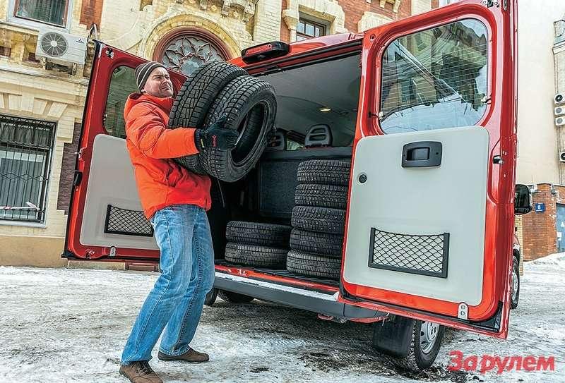 В объеме грузового отсека короткобазный «Дукато» немного уступает тестовому «Транзиту» сосредними базой икрышей. Ногрузоподъемность унего выше, и, вероятно, потому находу онжестче конкурента.
