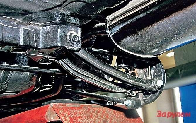 Слабое звено взадней многорычажке— тежевтулки истойки стабилизатора, атакже задние поперечные рычаги. Последние зачастую гнут, небрежно сдавая задним ходом.