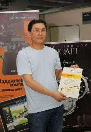 В.Монгуш ссертификатом наполучение подарка отБилайн