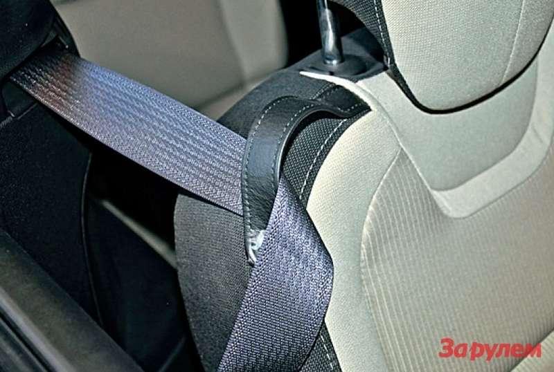 Недорогое иудобное решение. Кожаная лямка набоковине спинки сиденья удерживает ремень безопасности. Чтобы пристегнуться, ненадо судорожно растягивать мышцы.