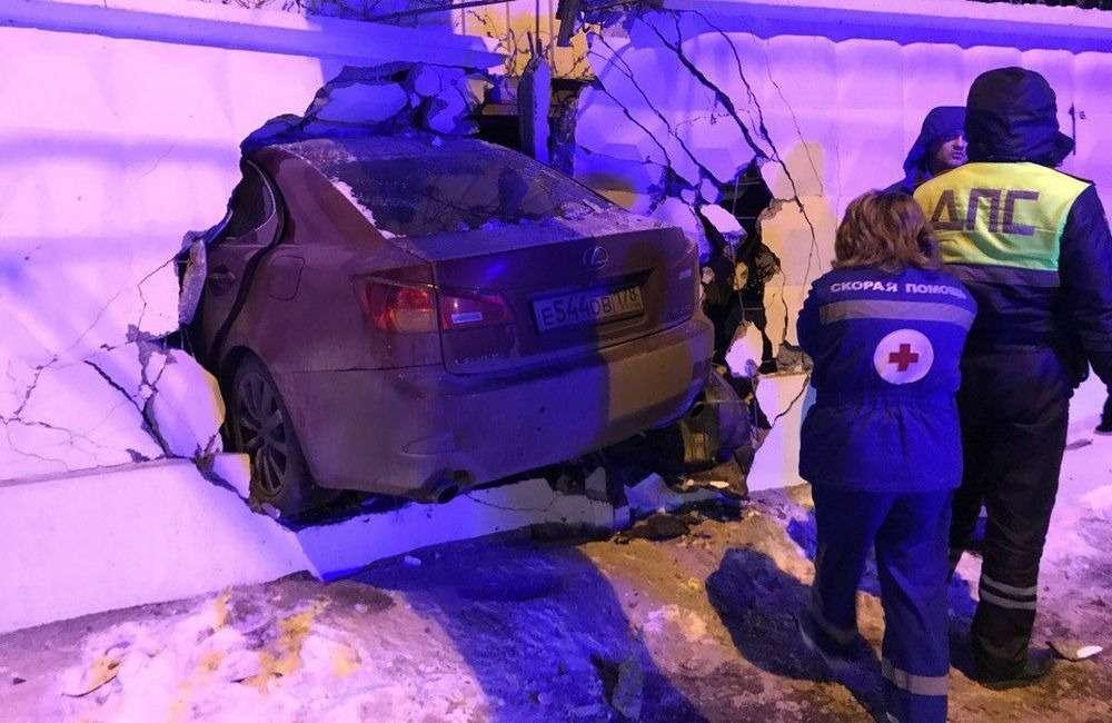 Как вкино: Lexus пробил дыру вбетонном заборе, водитель сбежал