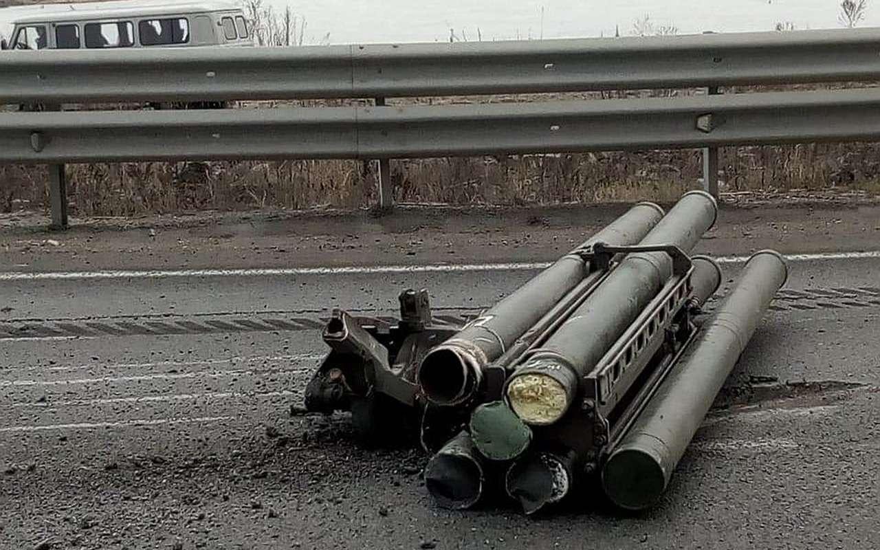 Ракеты рассыпались (реально!)— воВладивостоке опрокинулся КАМАЗ— фото 956212