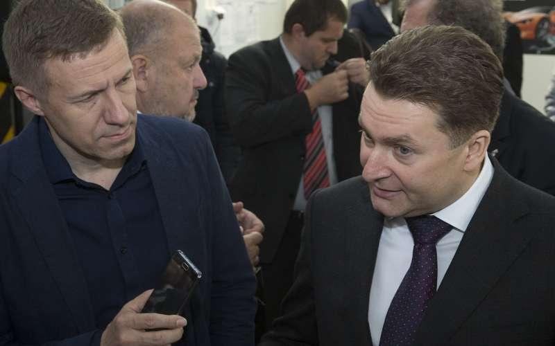 Замглавы Минпромторга Александр Морозов (справа) отвечает навопросы главного редактора «Зарулем» Максима Кадакова