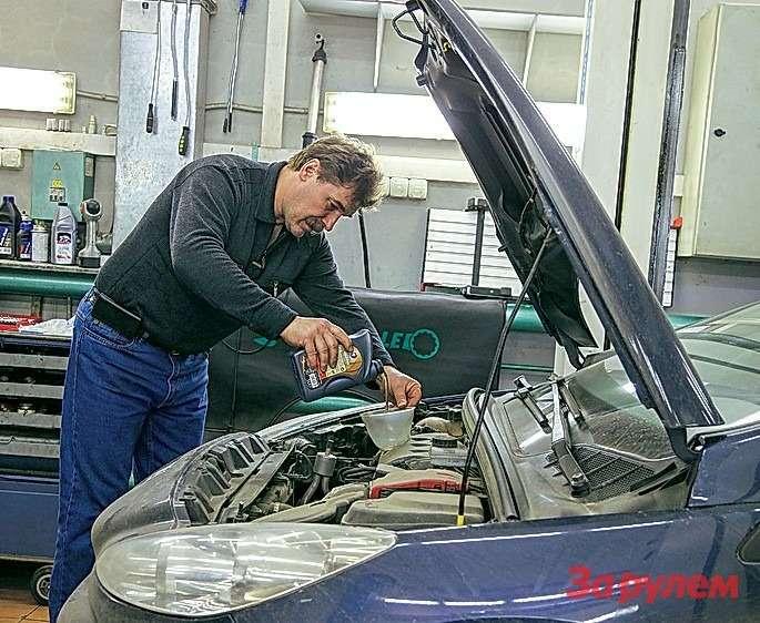 Основная операция вовремя пересменок— доливание масла вдвигатель.