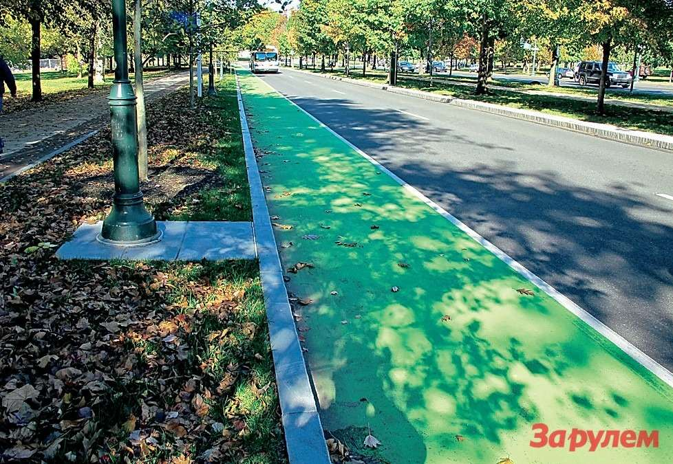 Подороге нафирму заметил такую вот зеленую дорожную полосу. Правильно, это велосипедная дорожка. Опять-таки длябезопасности.