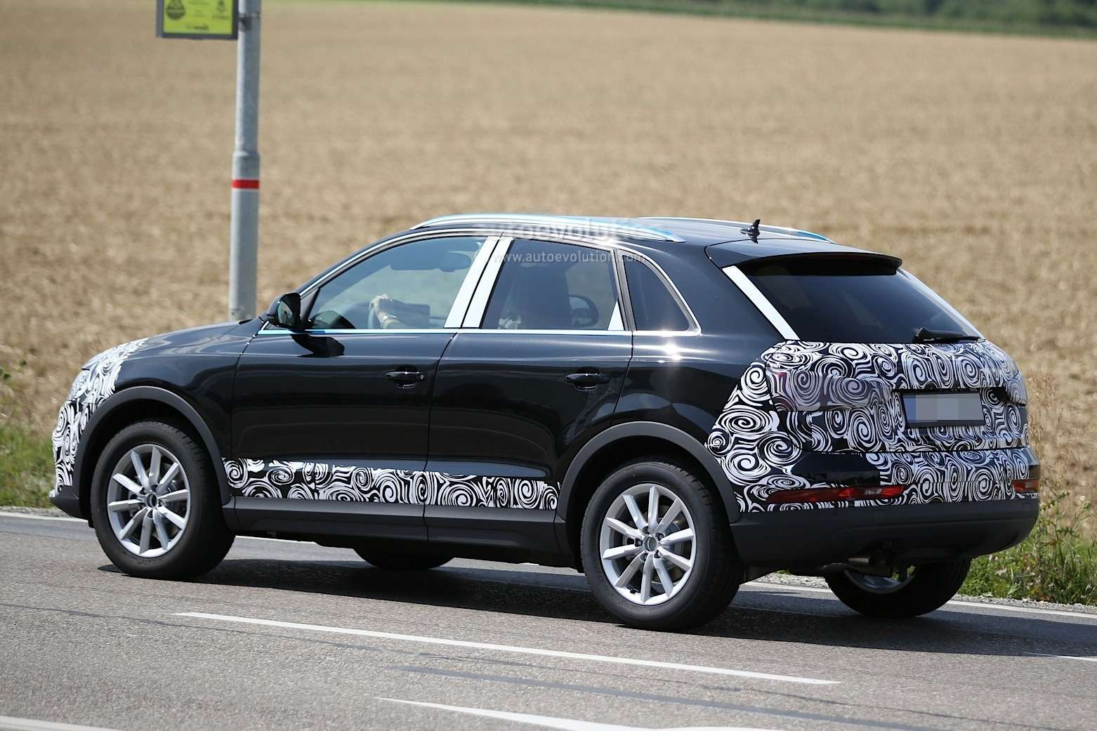 2016-audi-rs-q3-facelift-joins-q3-during-testing-session_18