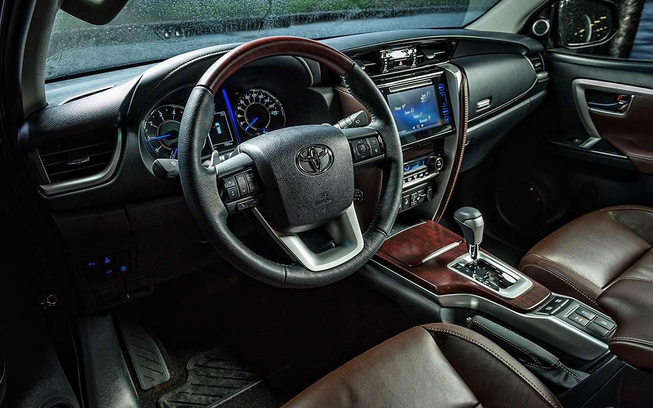 Toyota Fortuner: первый тест-драйв— фото 820555